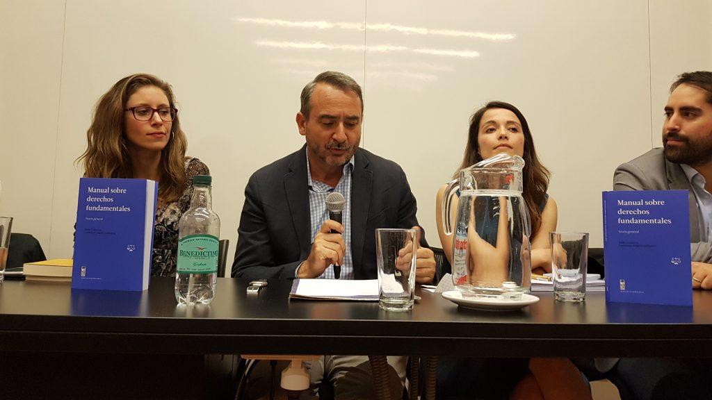 De izquierda a derecha en la foto: la editora del texto, Constanza Salgado; el académico UDP Tomás Vial; la profesora UDP Valeria Lübbert y Pablo Salgado, el otro editor del libro.