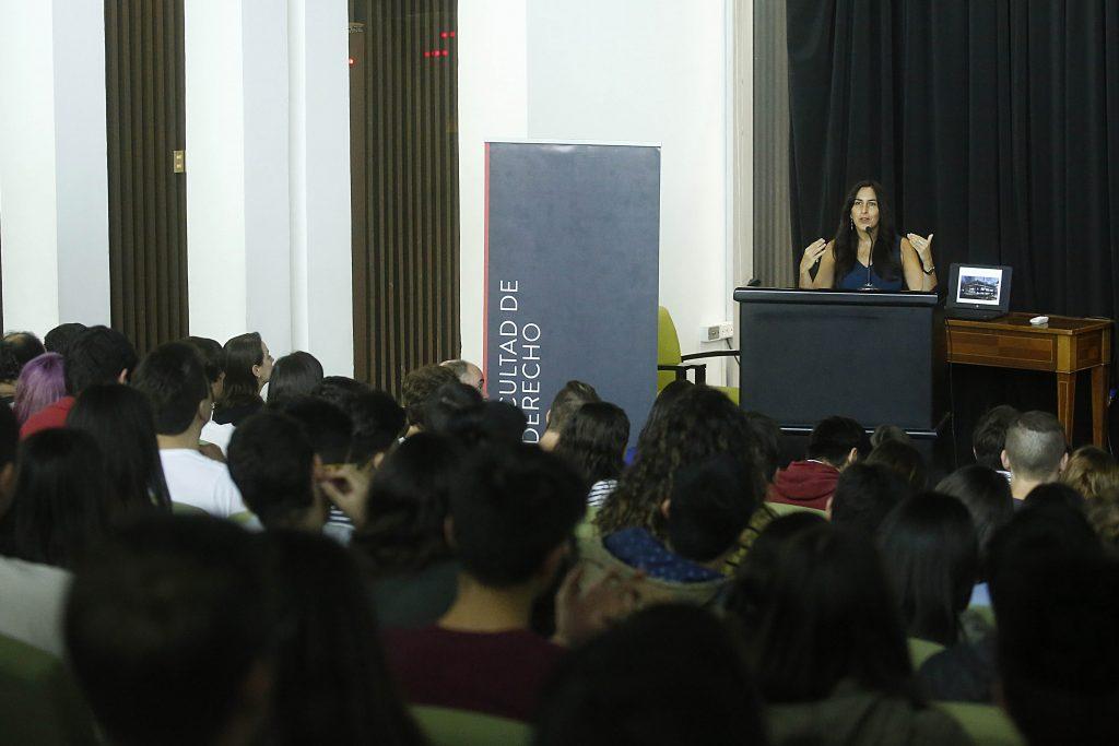 La directora de carrera de Derecho UDP, Alejandra Mera, dando su discurso.
