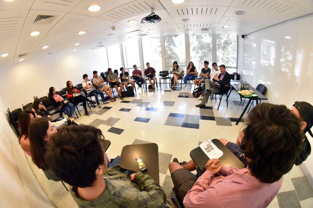 El profesor Mauricio Duce fue uno de los 13 académicos que conversaron con los alumnos.