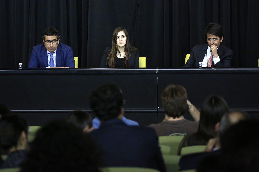 El panel del seminario compuesto por el profesor UDP, Carlos Piz